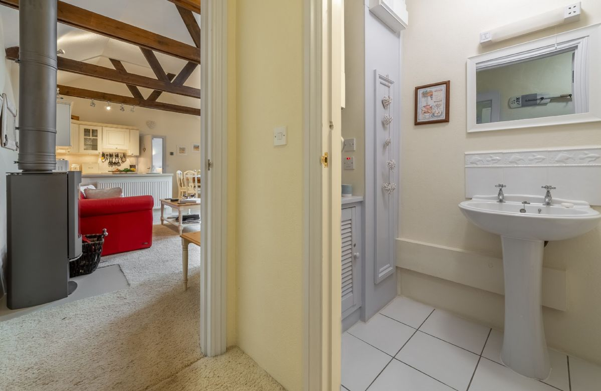 Ground floor: Cloakroom with WC