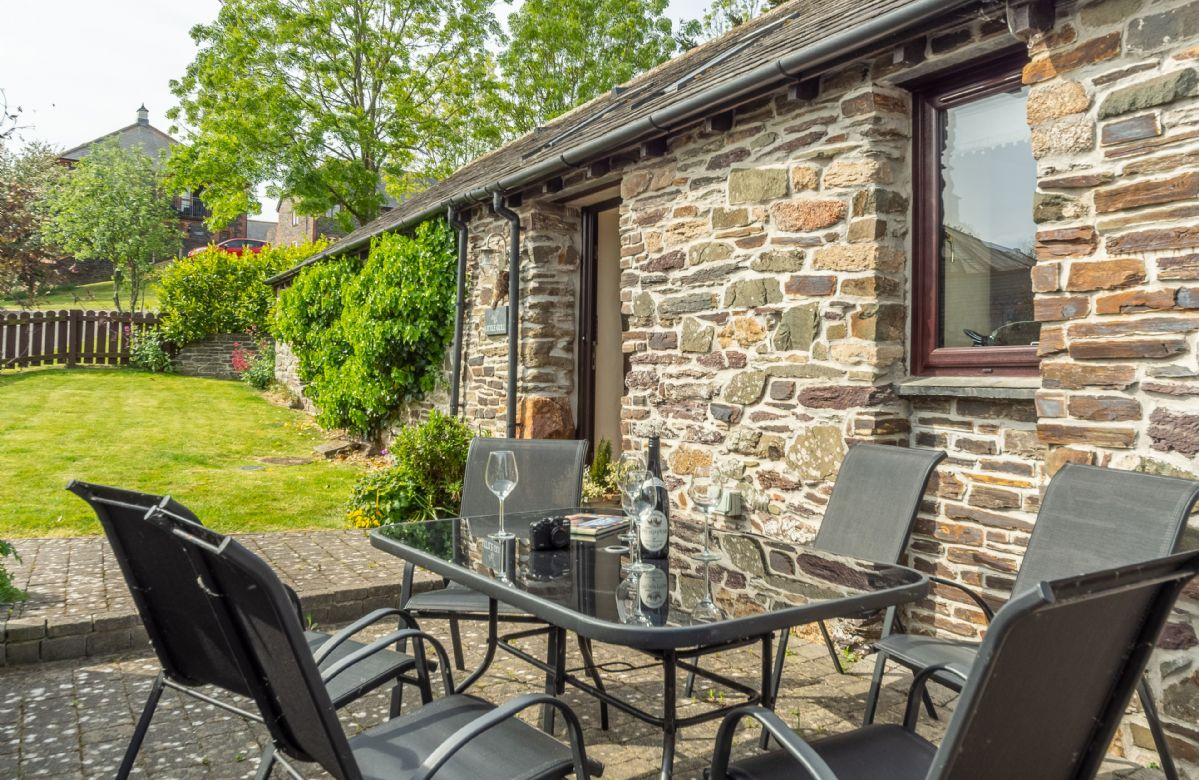 Little Gull features a south-facing patio with garden table and chairs