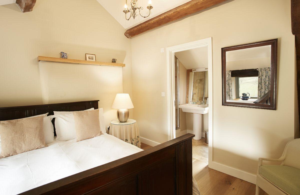 Cruik Barn: First floor double bedroom with en-suite shower room