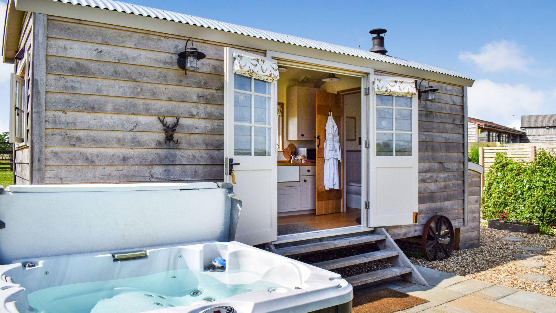 Shepherds Hut with hot tub, Shepherds Hut at Avon Farm, Bolthole Retreats