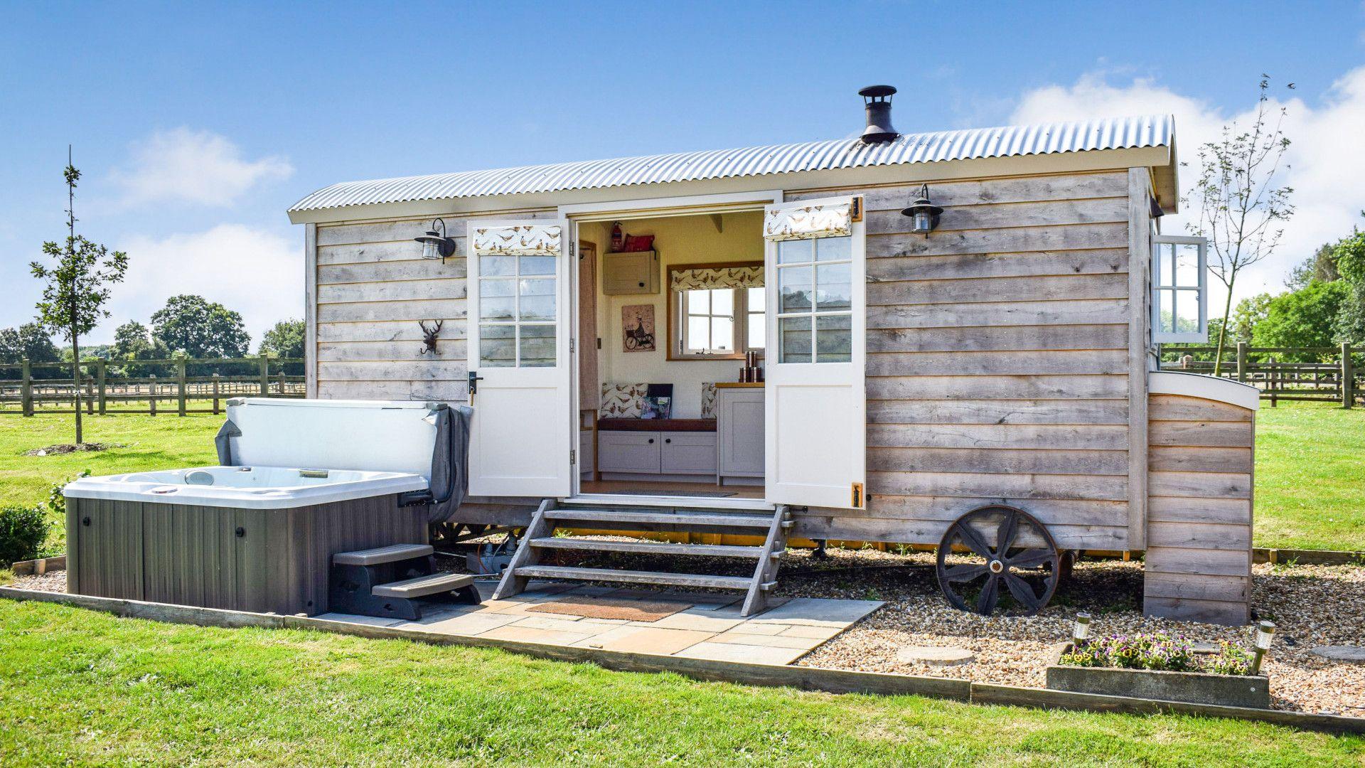 Hut with hot tub, Shepherds Hut at Avon Farm, Bolthole Retreats