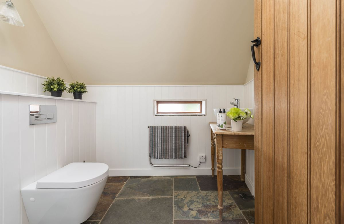 Ground floor: Additional cloakroom with wc