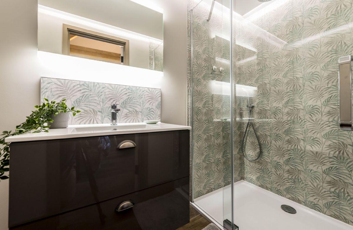 Upper ground floor: Master bedroom en-suite shower with walk-in shower