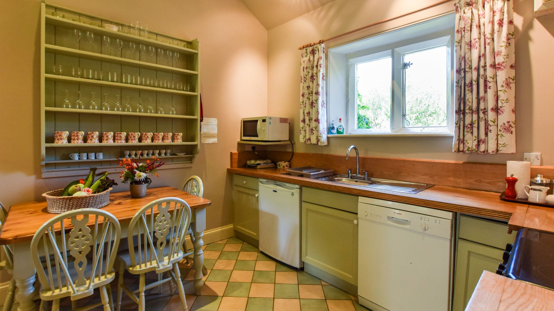 Kitchen with breakfast table, Bellhouse, Bolthole Retreats