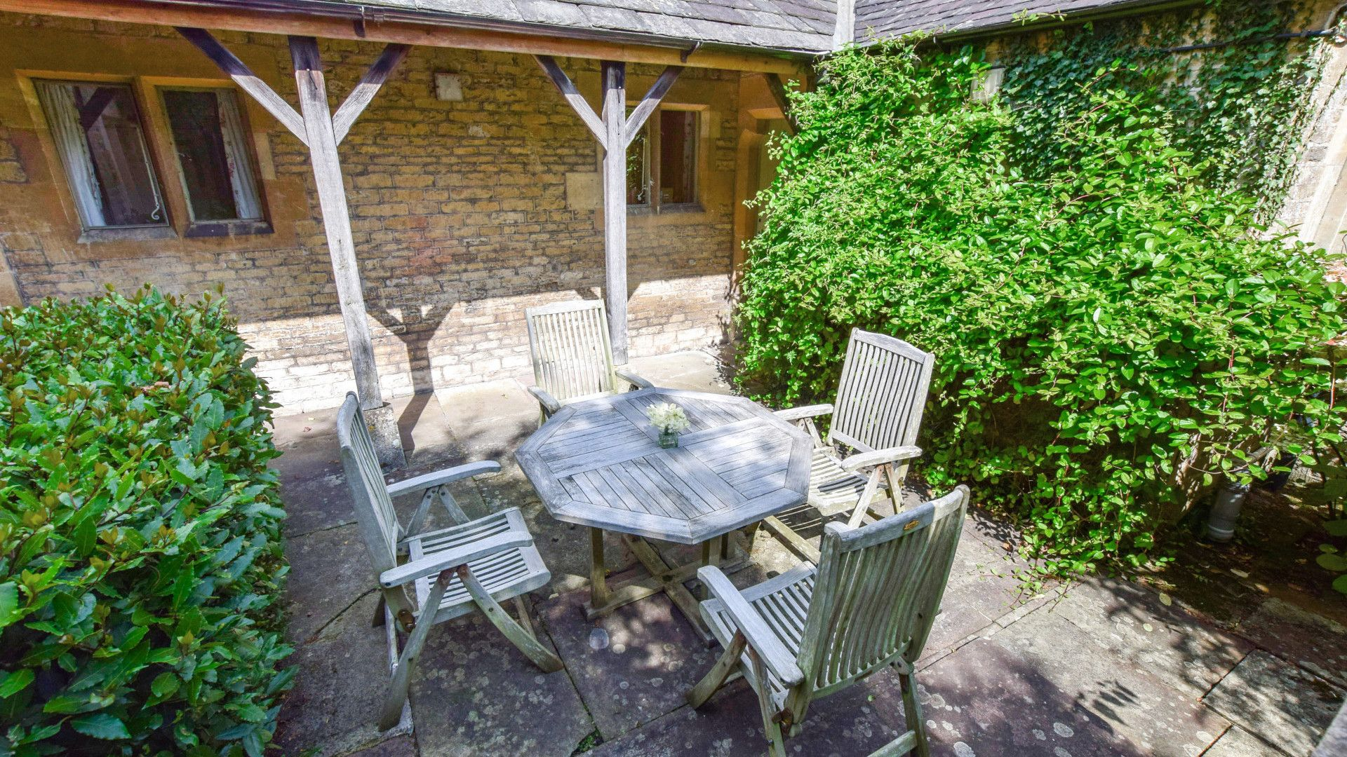 Courtyard dining, Bellhouse, Bolthole Retreats