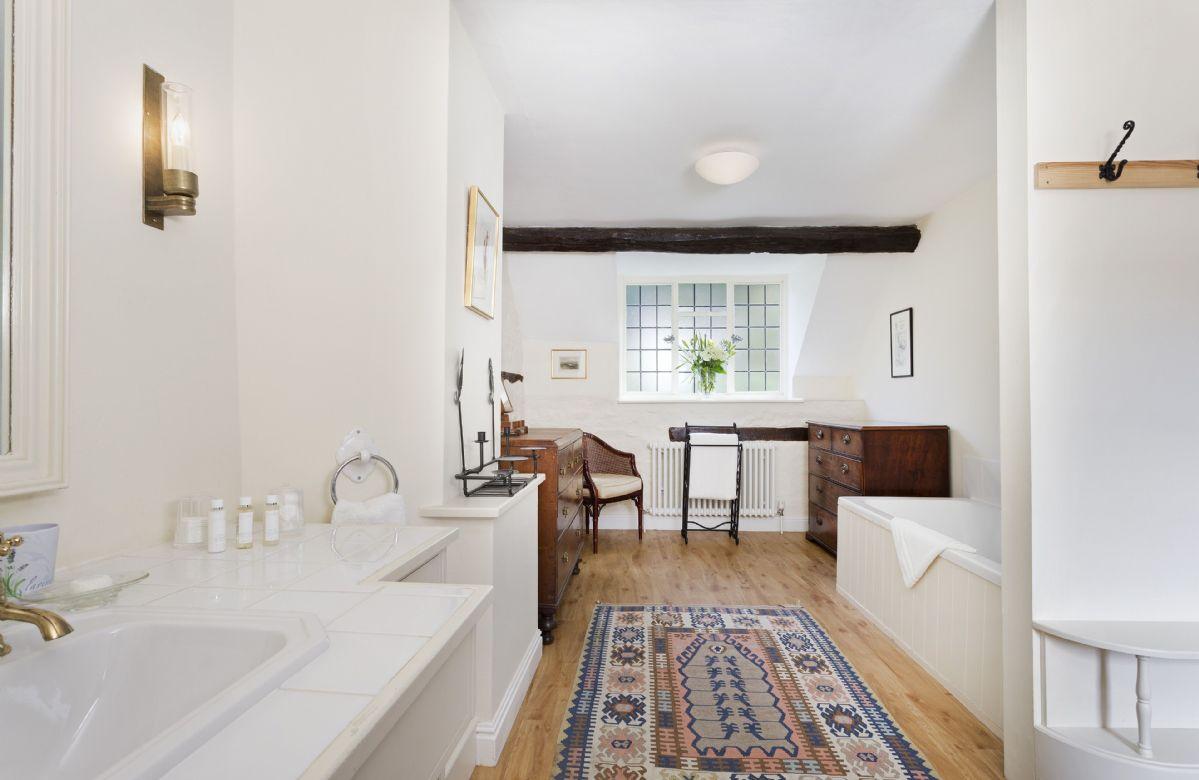 First floor: En-suite bathroom to master bedroom