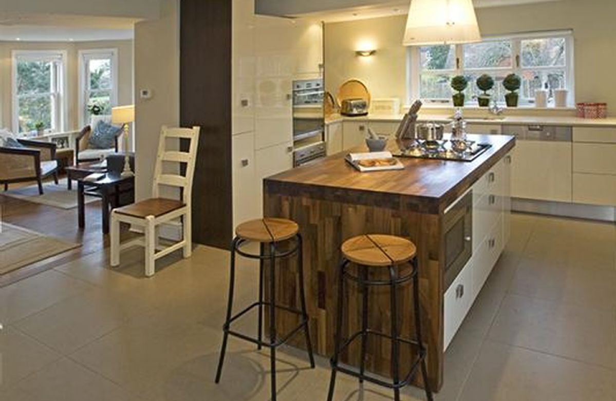 Ground floor: Spacious and fully equipped kitchen with island
