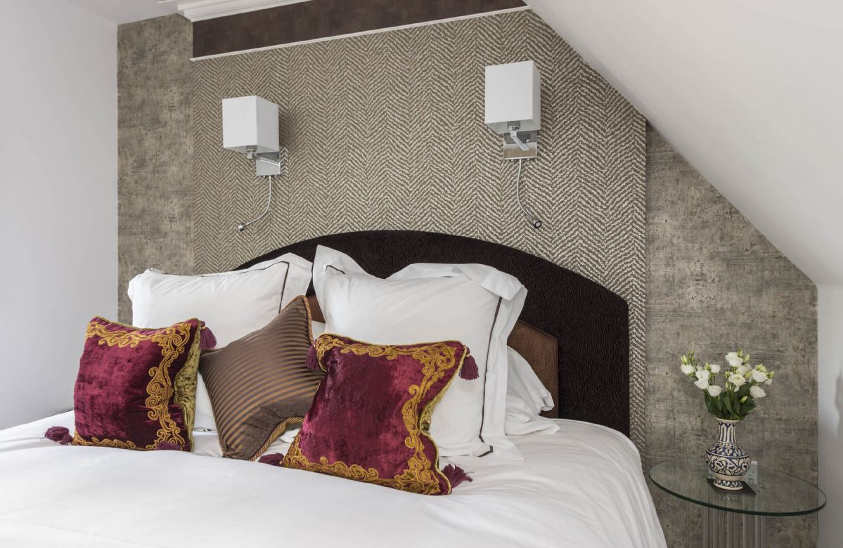 First floor: Bedroom with king-size hypno bed