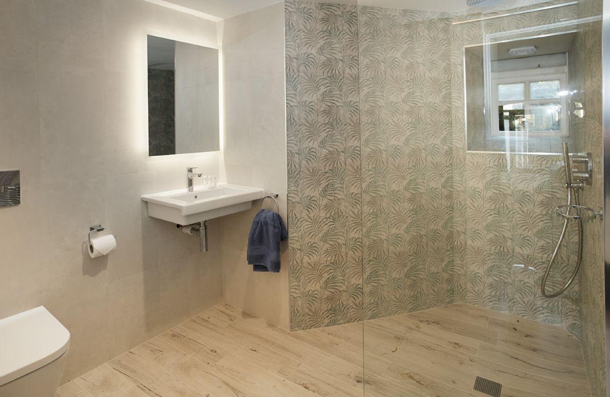 Lower ground floor: En-suite shower room