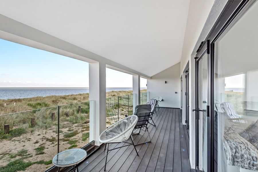 Washington Beach House with Lodge | Balcony