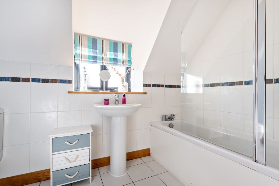 Harbour Cottage | Ensuite to Bedroom 2