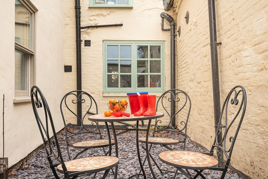 Butts Corner | Courtyard seating