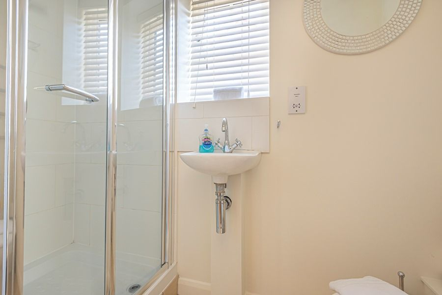 Eastwood House 2 Bedrooms | Downstairs shower