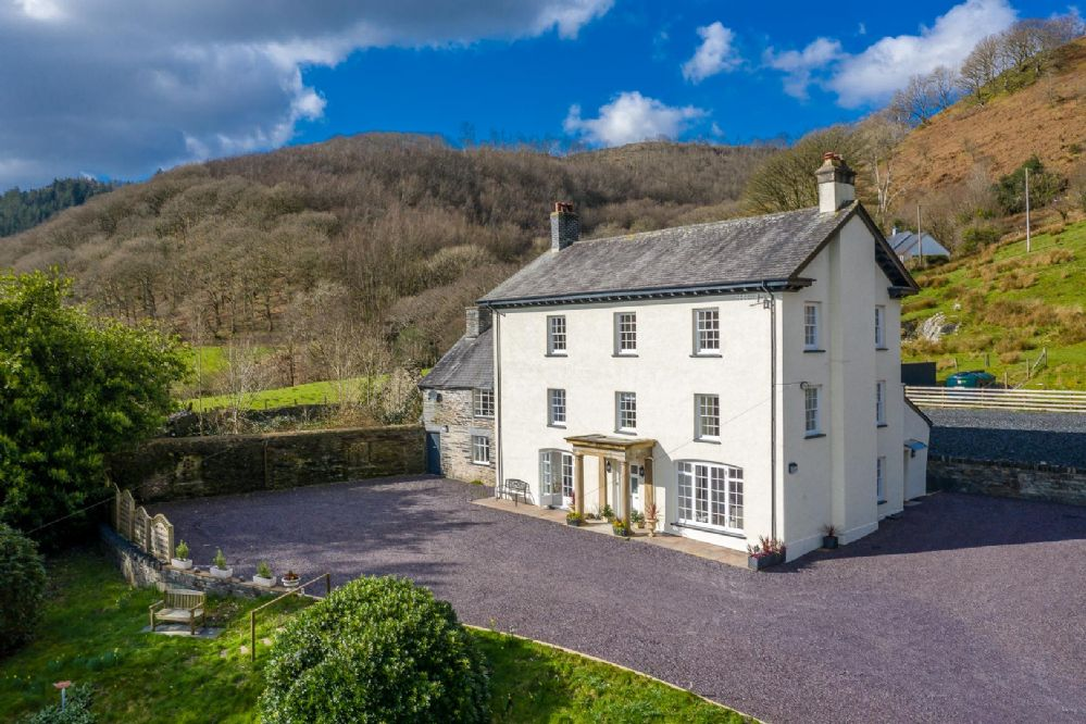 Beautiful Georgian Style Cottage On The Banks of The River Dyfi