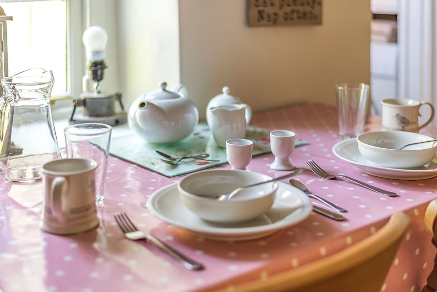 Nelson Cottage   Dining table