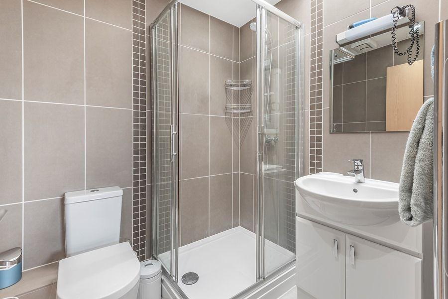 Peewits Penthouse | En-suite shower room