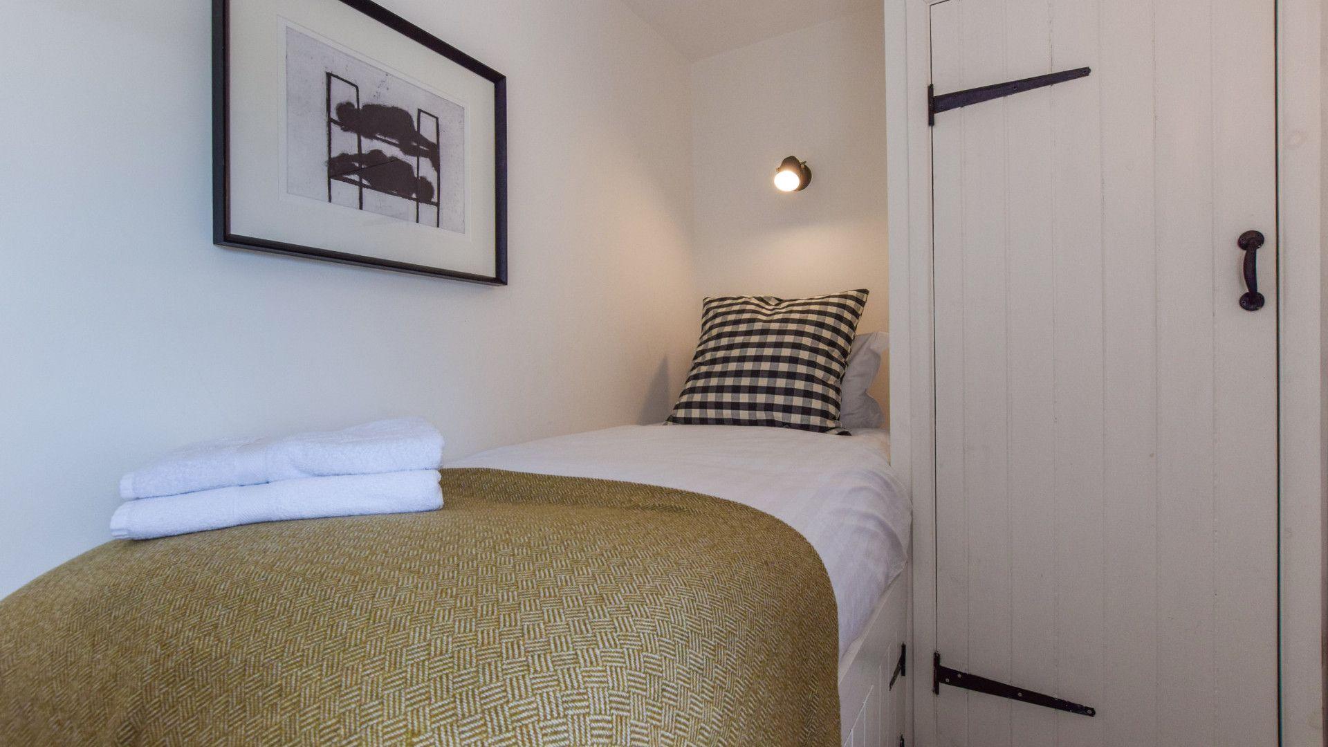 Bedroom 3 - single, Brown's Cottage, Bolthole Retreats