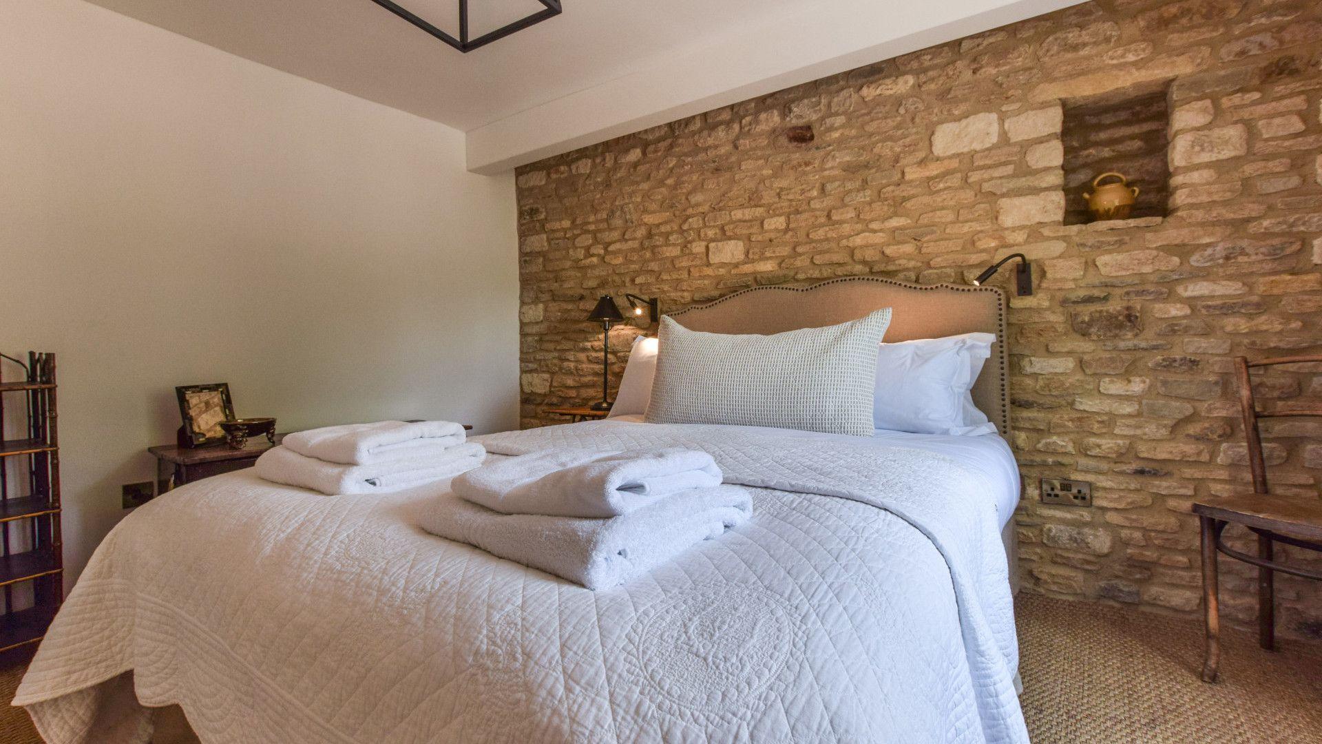Bedroom 2 - king-size, Brown's Cottage, Bolthole Retreats