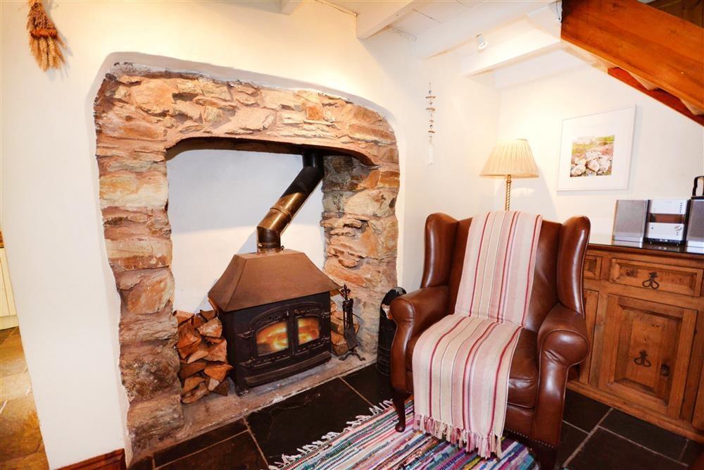 Gargoyle Cottage - Fireplace 2 lit