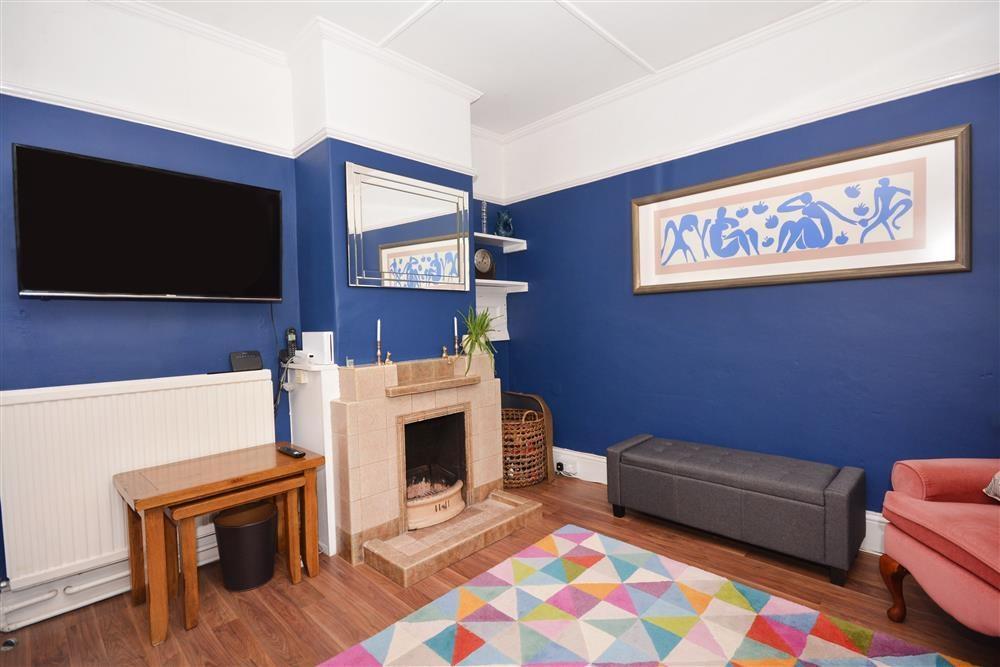 Lowenek House - Lounge & Fireplace