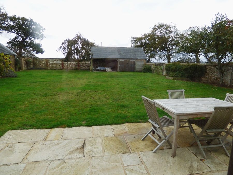 Field Barn House and Cottage | Cottage patio