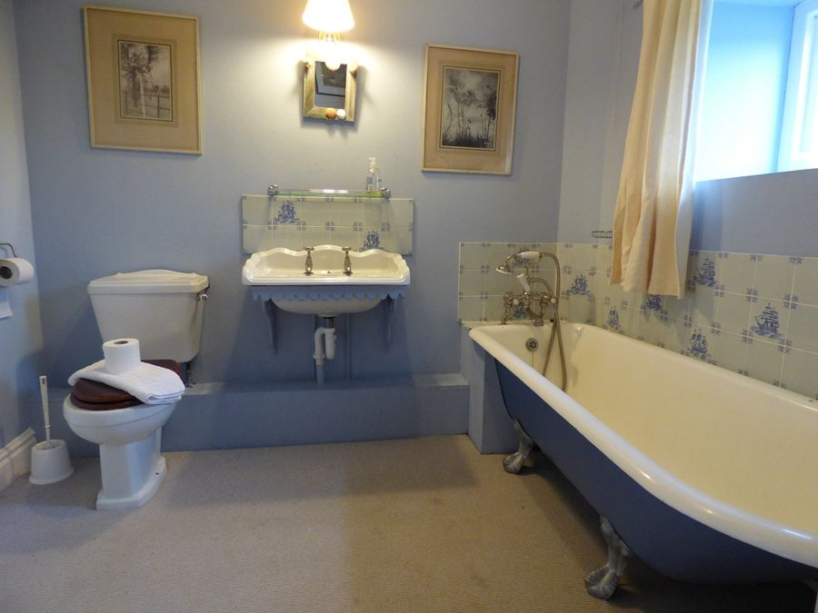 Field Barn House and Cottage | En-suite bathroom