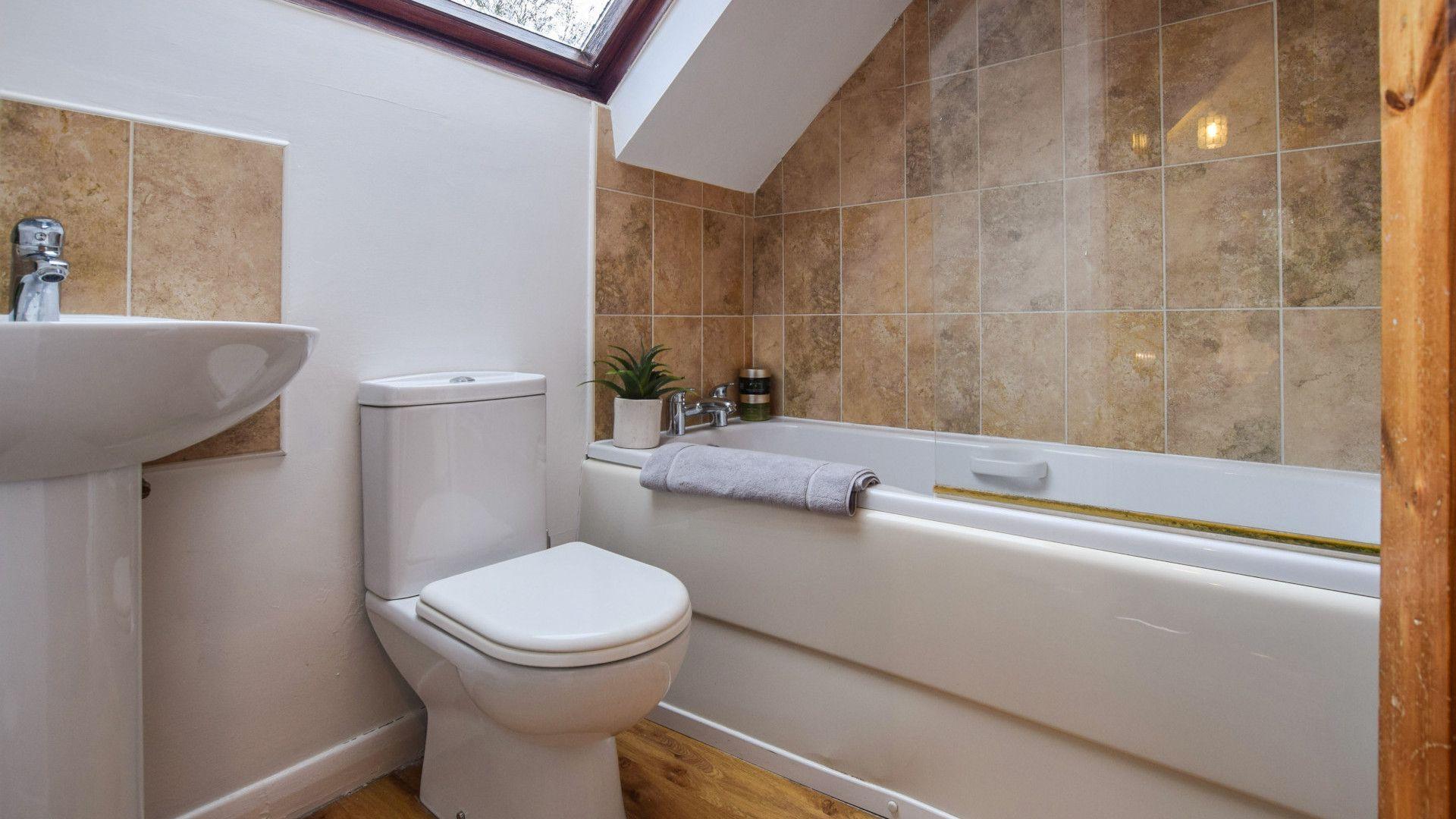 Family Bathroom, 1 Horseshoe Cottages, Bolthole Retreats
