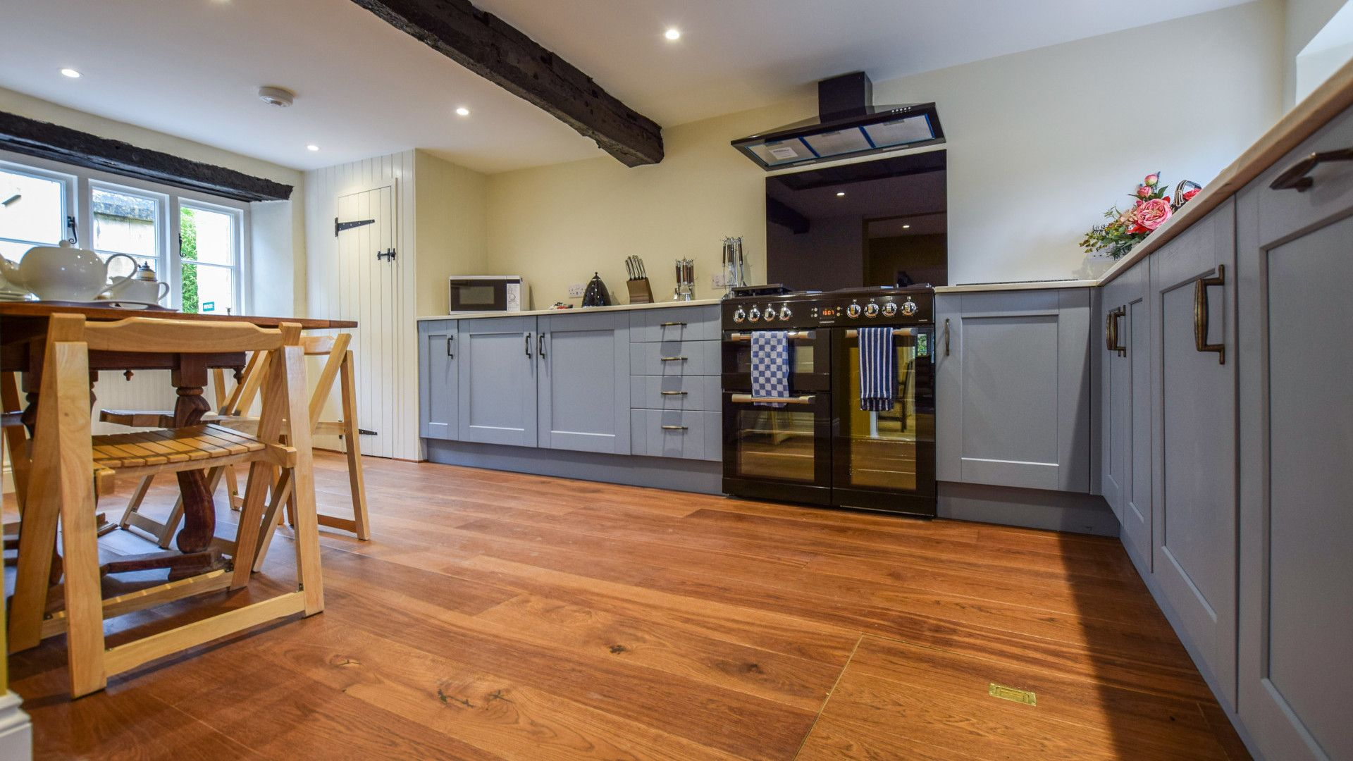 Kitchen with breakfast table, Archers at Sudeley Castle, Bolthole Retreats