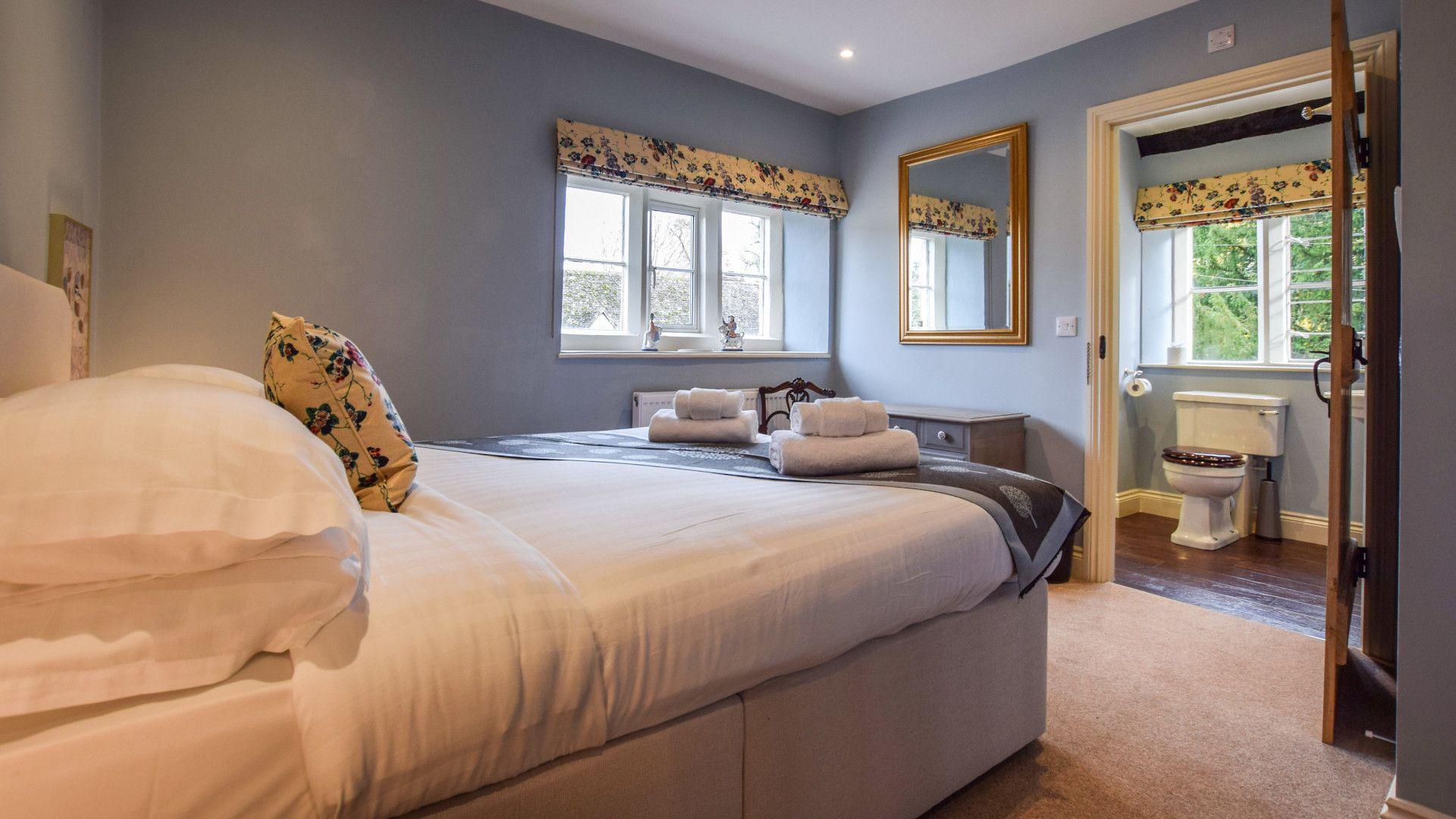 Bedroom 1 with en-suite, Archers at Sudeley Castle, Bolthole Retreats