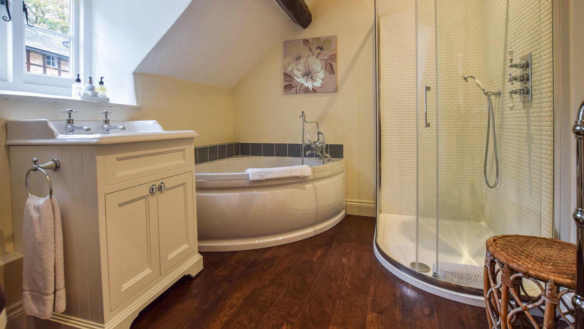 Family Bathroom, Archers at Sudeley Castle, Bolthole Retreats