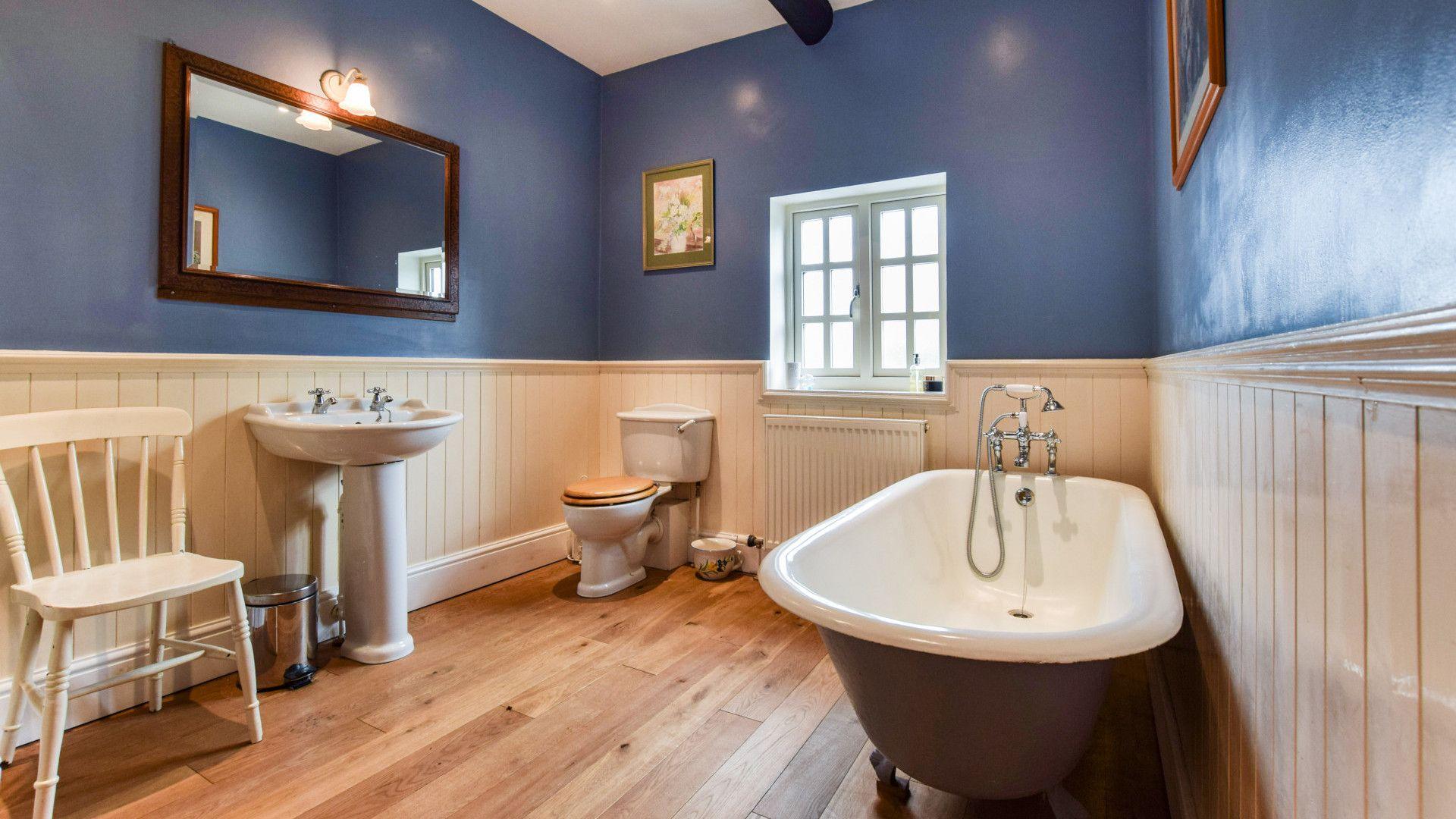 Jack and Jill bathroom, Barebones Farm, Bolthole Retreats