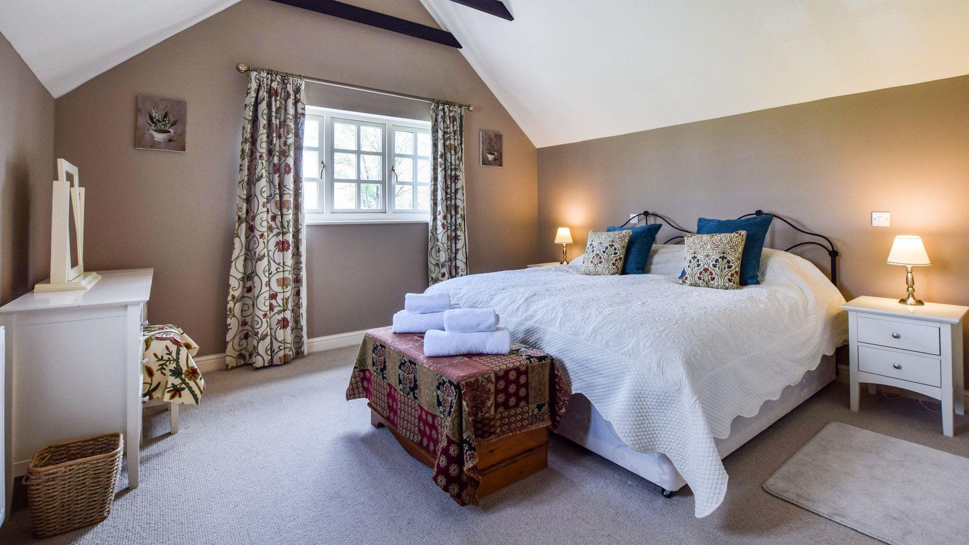 Bedroom 1, Master bedroom with en-suite, Barebones Farm, Bolthole Retreats