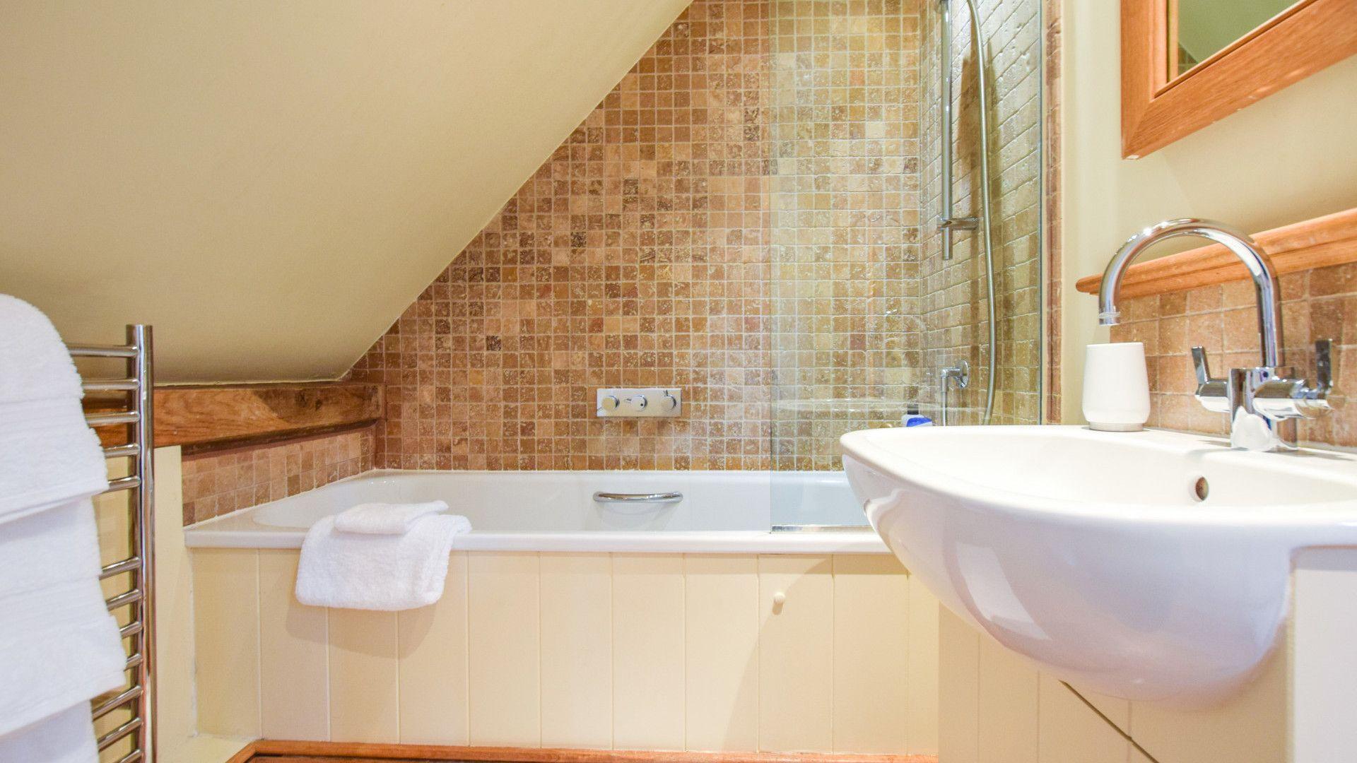En-suite bathroom, The Coach House, Bolthole Retreats