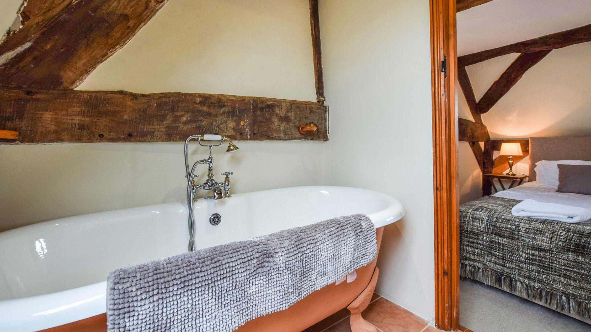Bedroom 1 en-suite, Cyder Press House, Bolthole Retreats