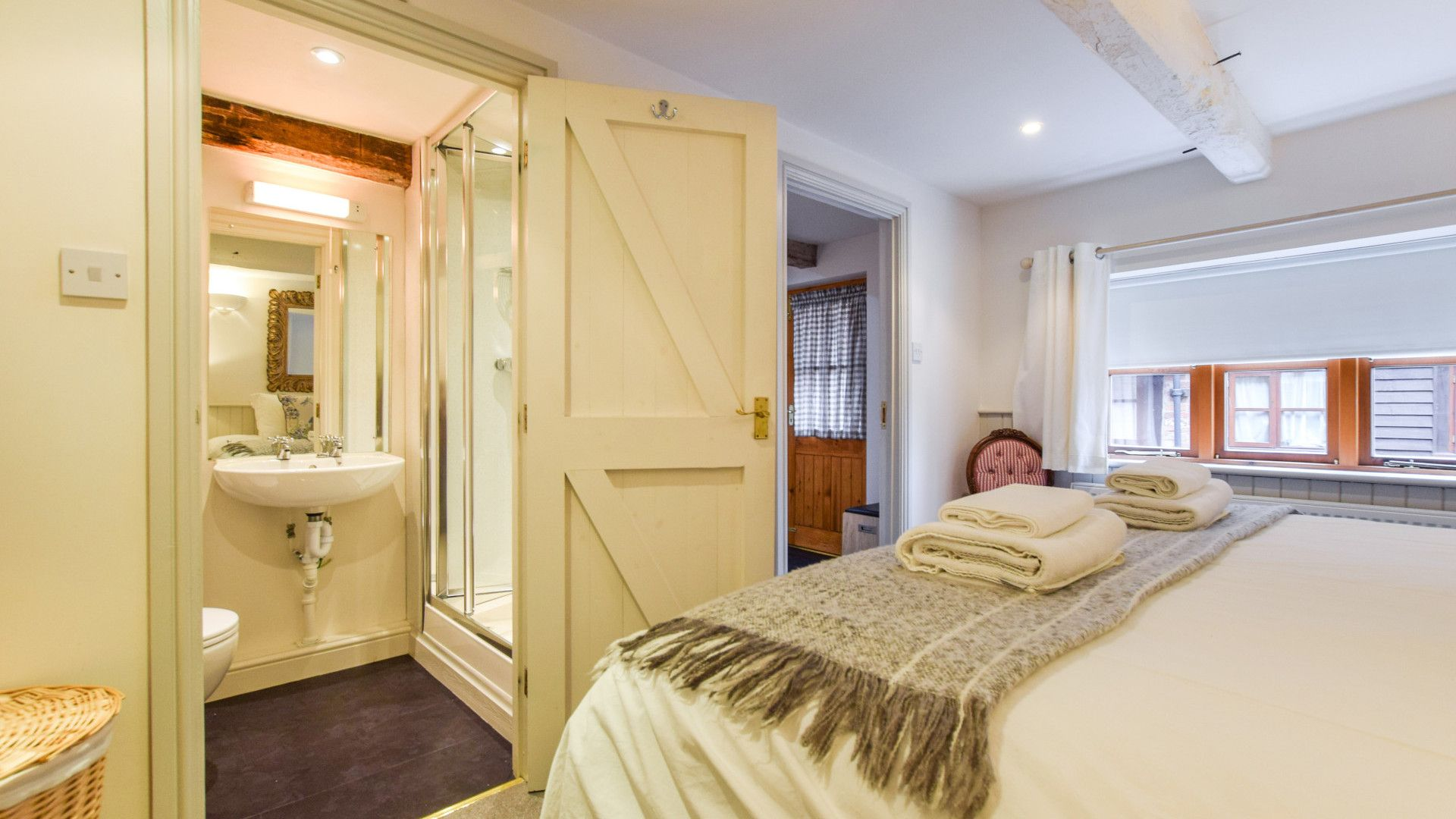 Bedroom 1 with en-suite, Drying House, Bolthole Retreats