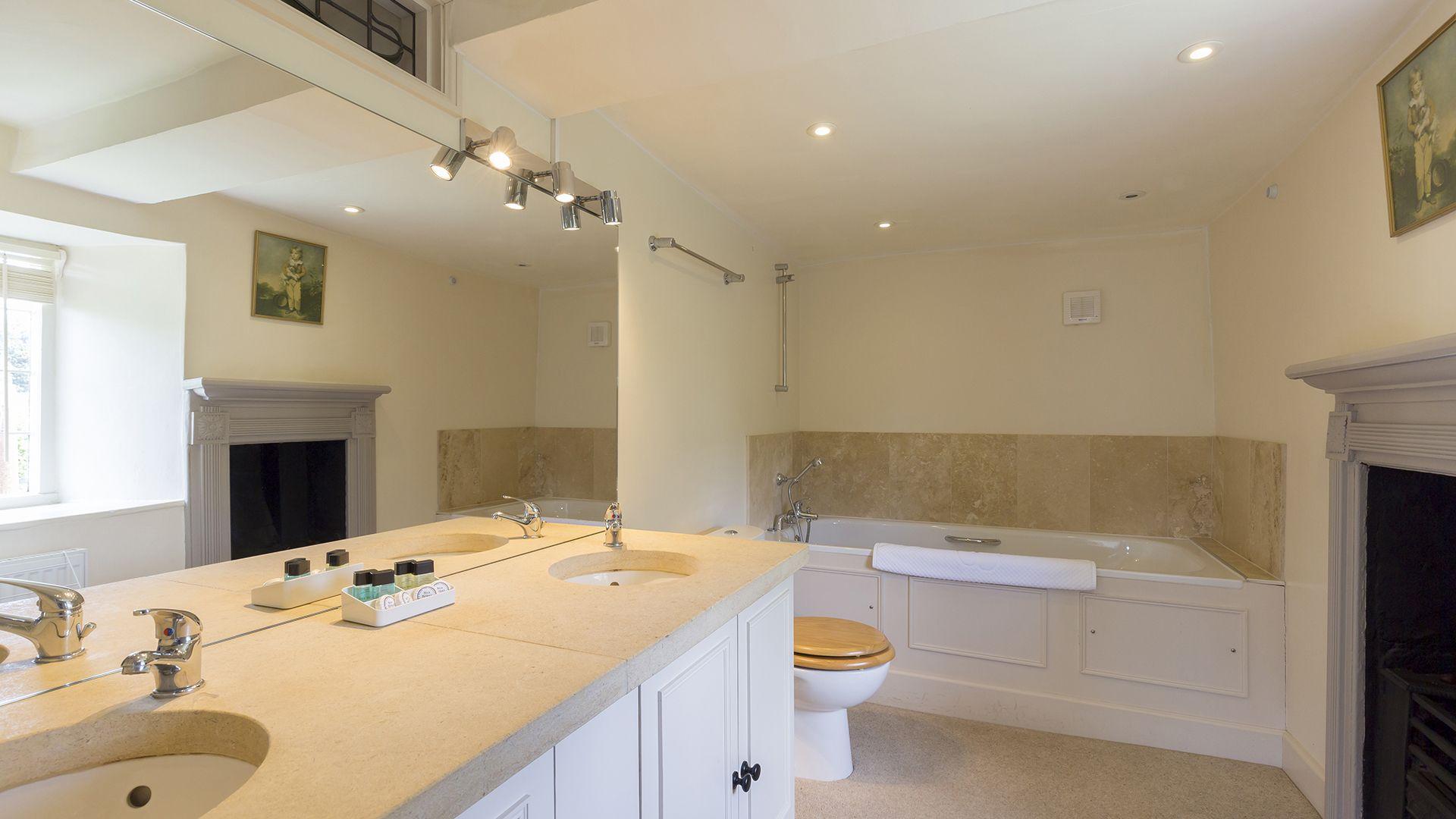 Bathroom, Double bedroom, Almsbury Farmhouse at Sudeley Castle, Bolthole Retreats