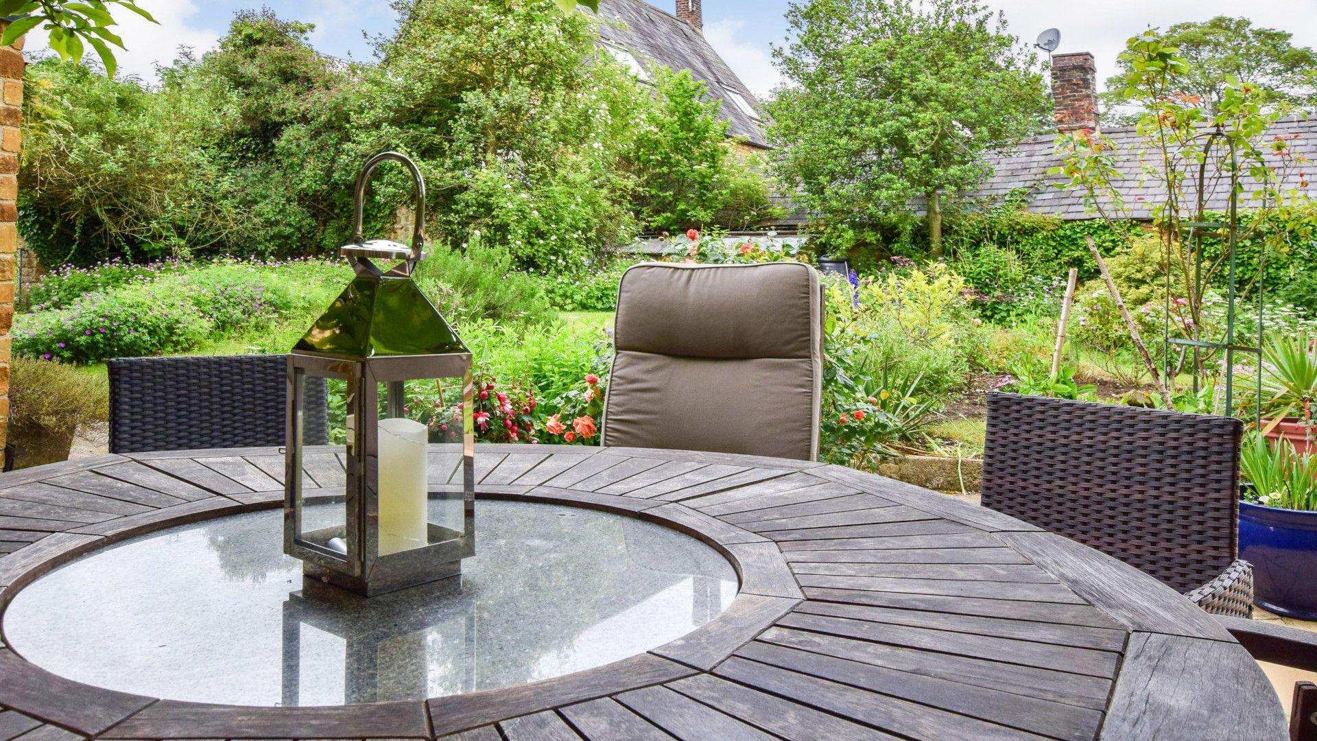 Patio dining, Gladstone Cottage, Bolthole Retreats