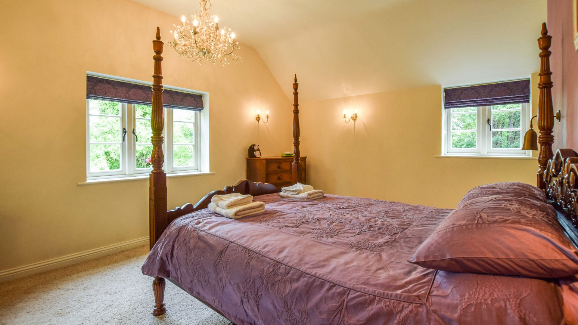 Bedroom 1 with en-suite, Gladstone Cottage, Bolthole Retreats