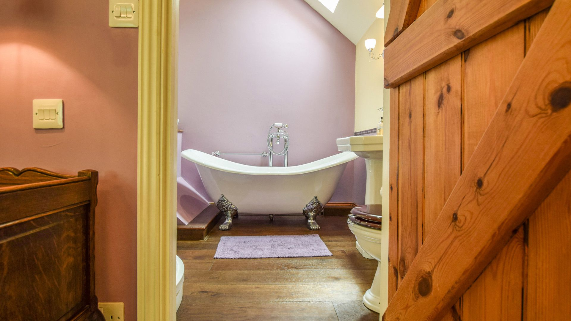 Bedroom 1, en-suite with bath, Gladstone Cottage, Bolthole Retreats