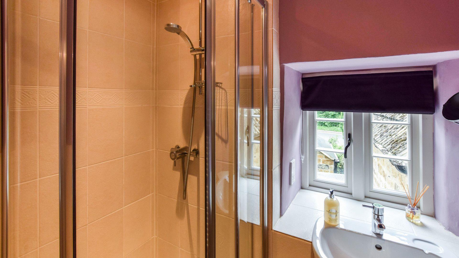 Bedroom 3 en-suite, Gladstone Cottage, Bolthole Retreats
