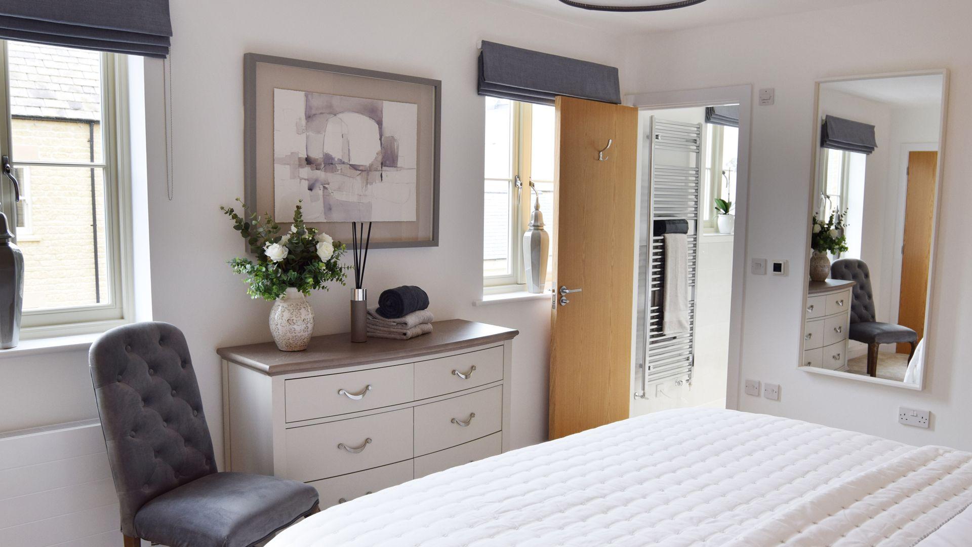 Bedroom 2 with en-suite, Hawthorn Cottage, Bolthole Retreats