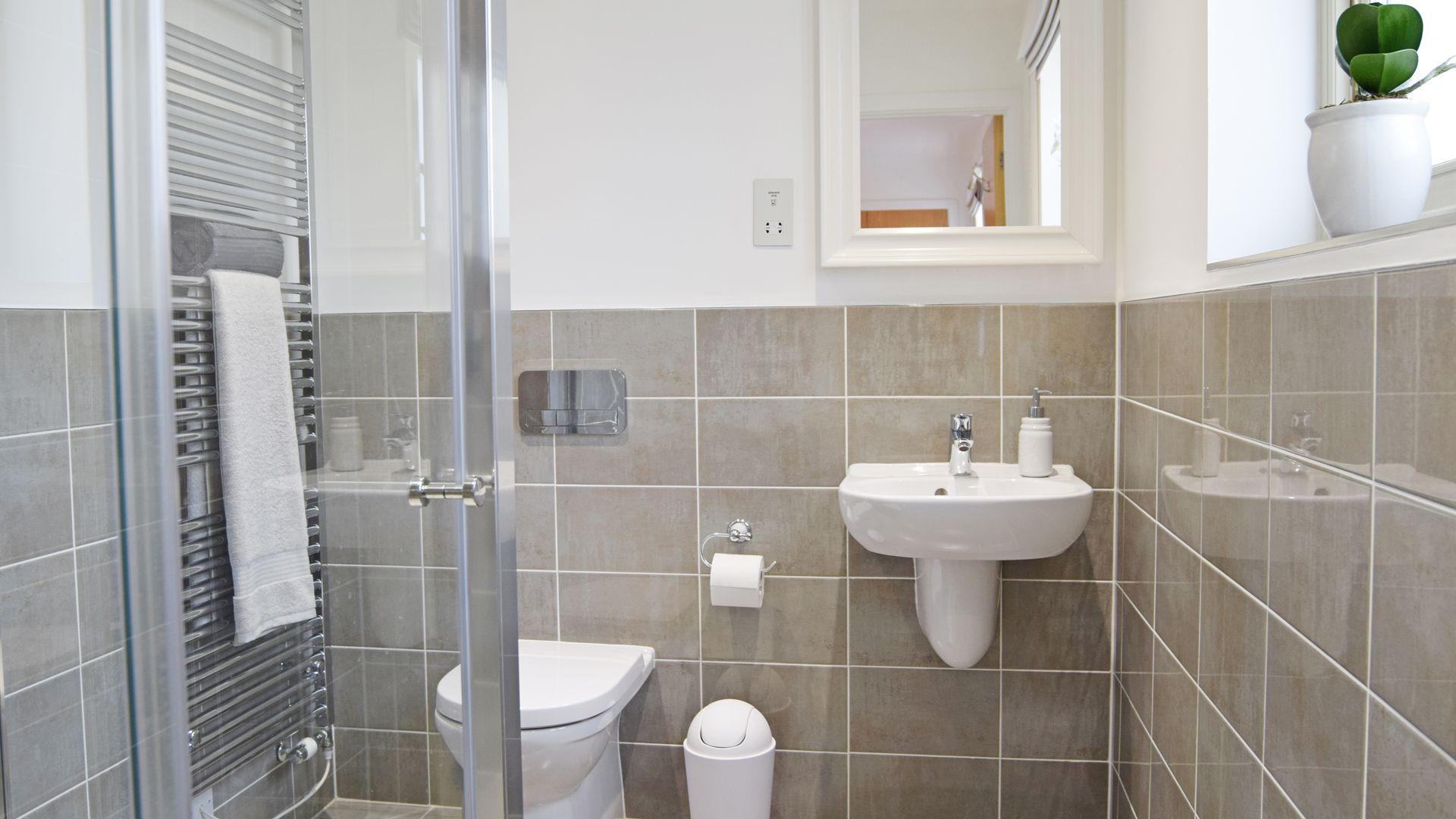 Bedroom 1 en-suite, Hawthorn Cottage, Bolthole Retreats