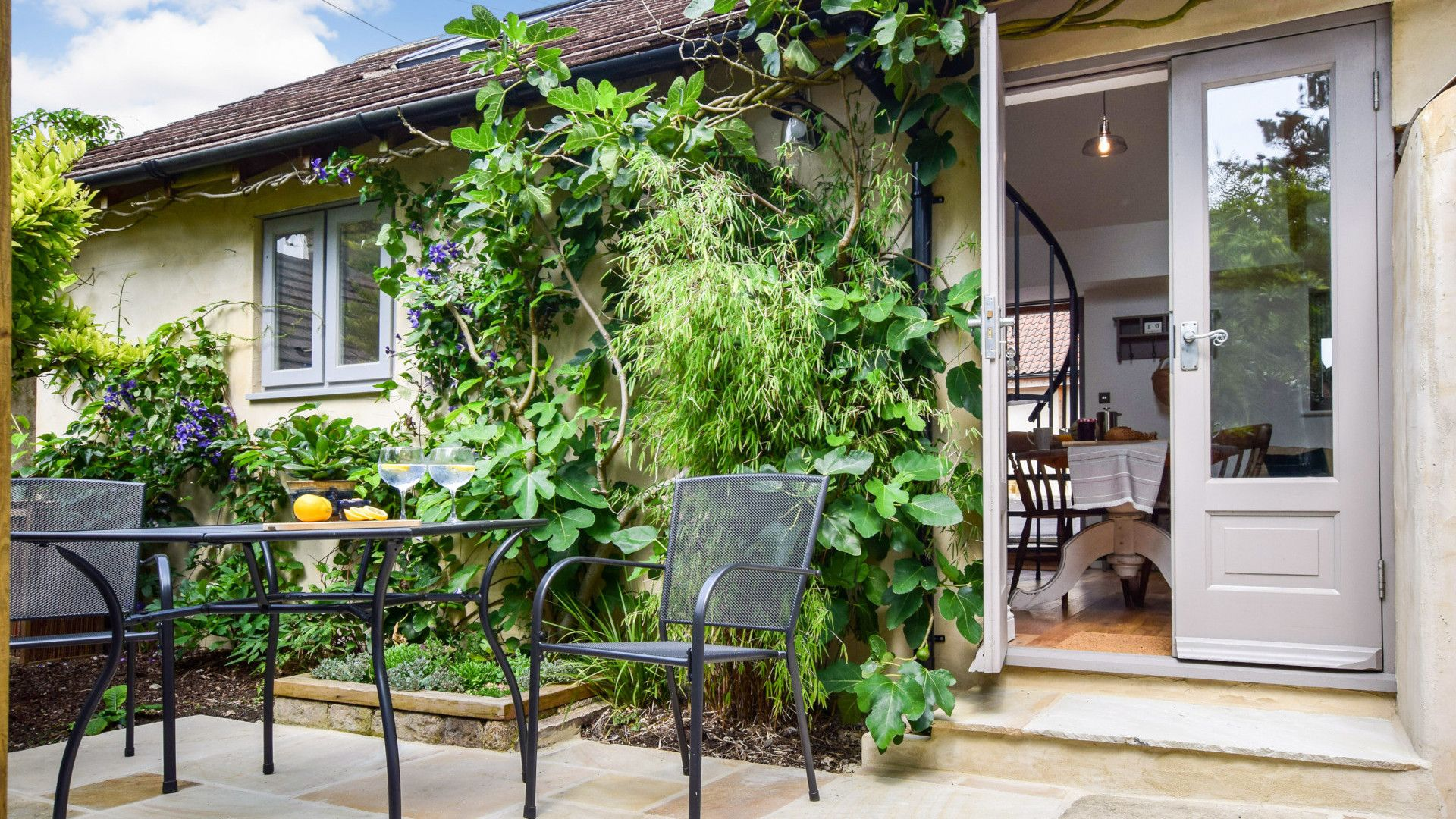 Courtyard Garden, Hayloft at Walnut Farm, Bolthole Retreats