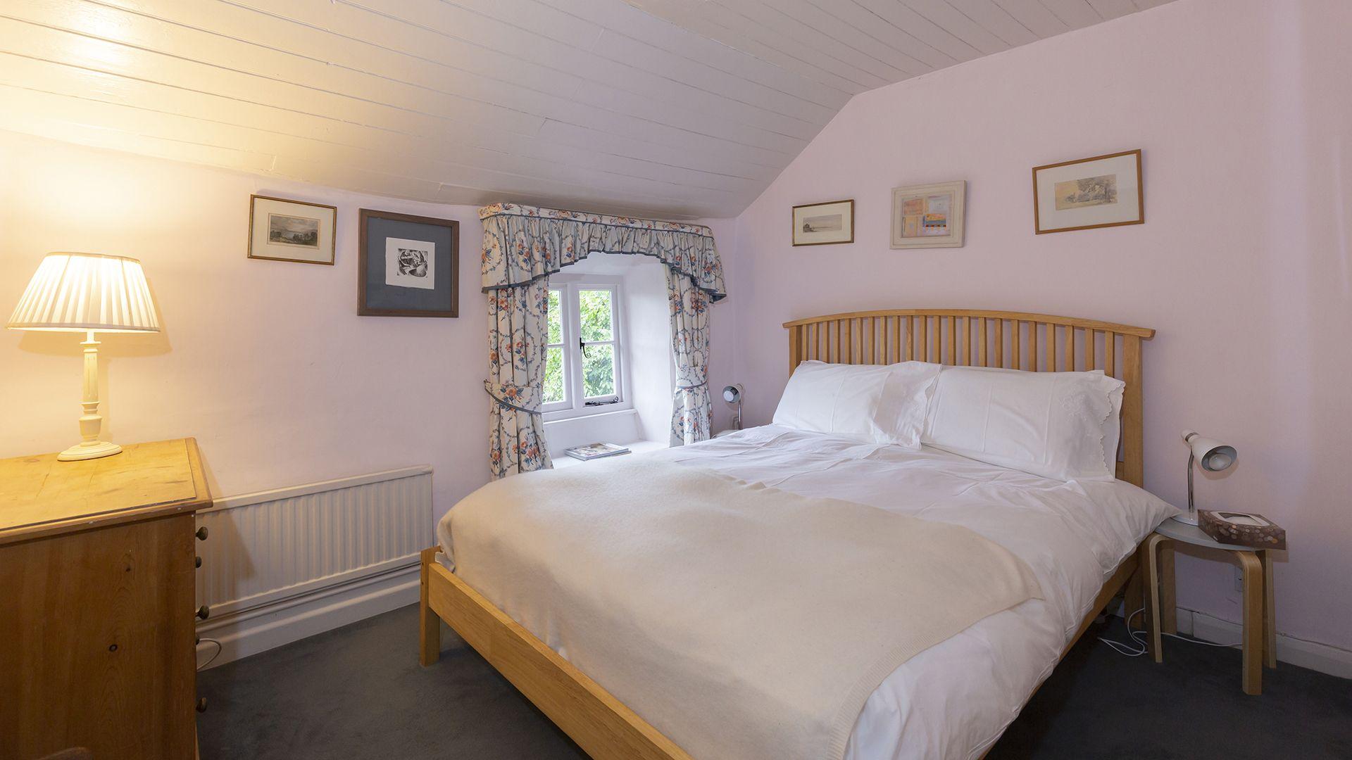 Bedroom 1, Hillside Cottage, Bolthole Retreats