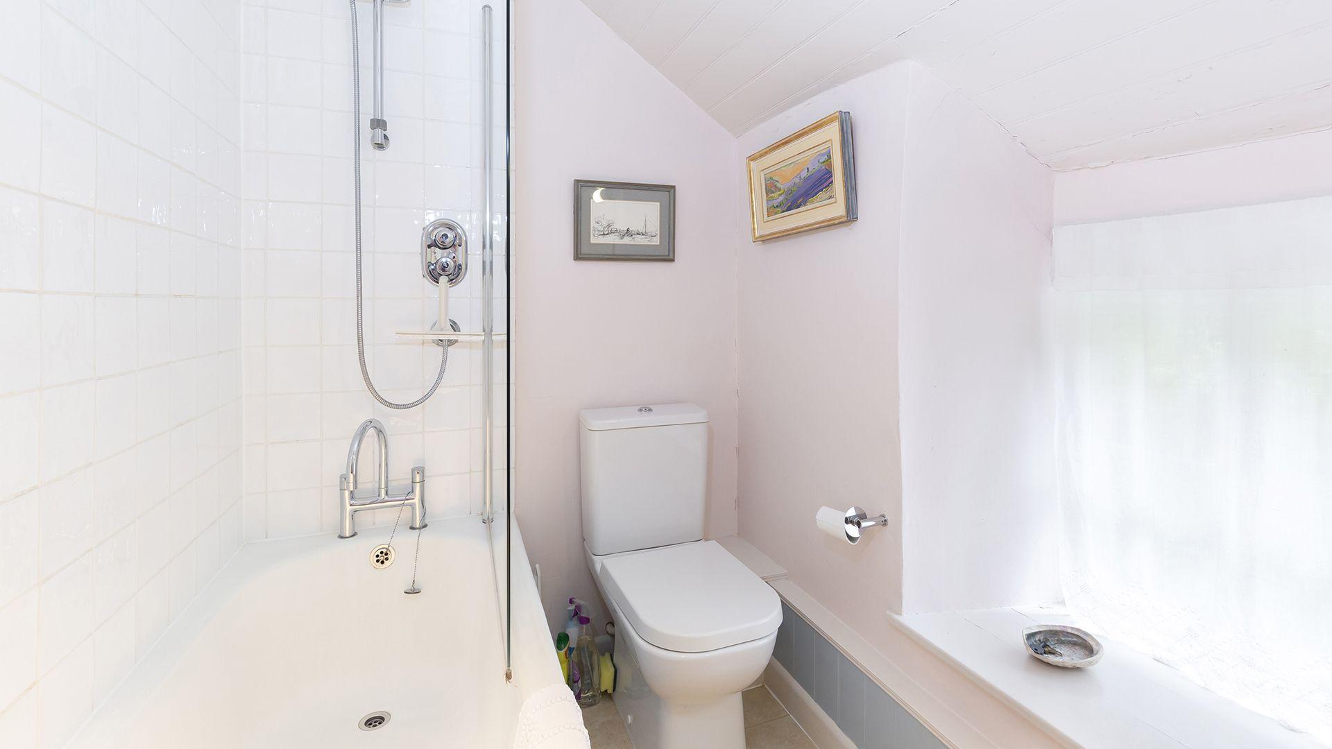 En-suite bathroom, Hillside Cottage, Bolthole Retreats