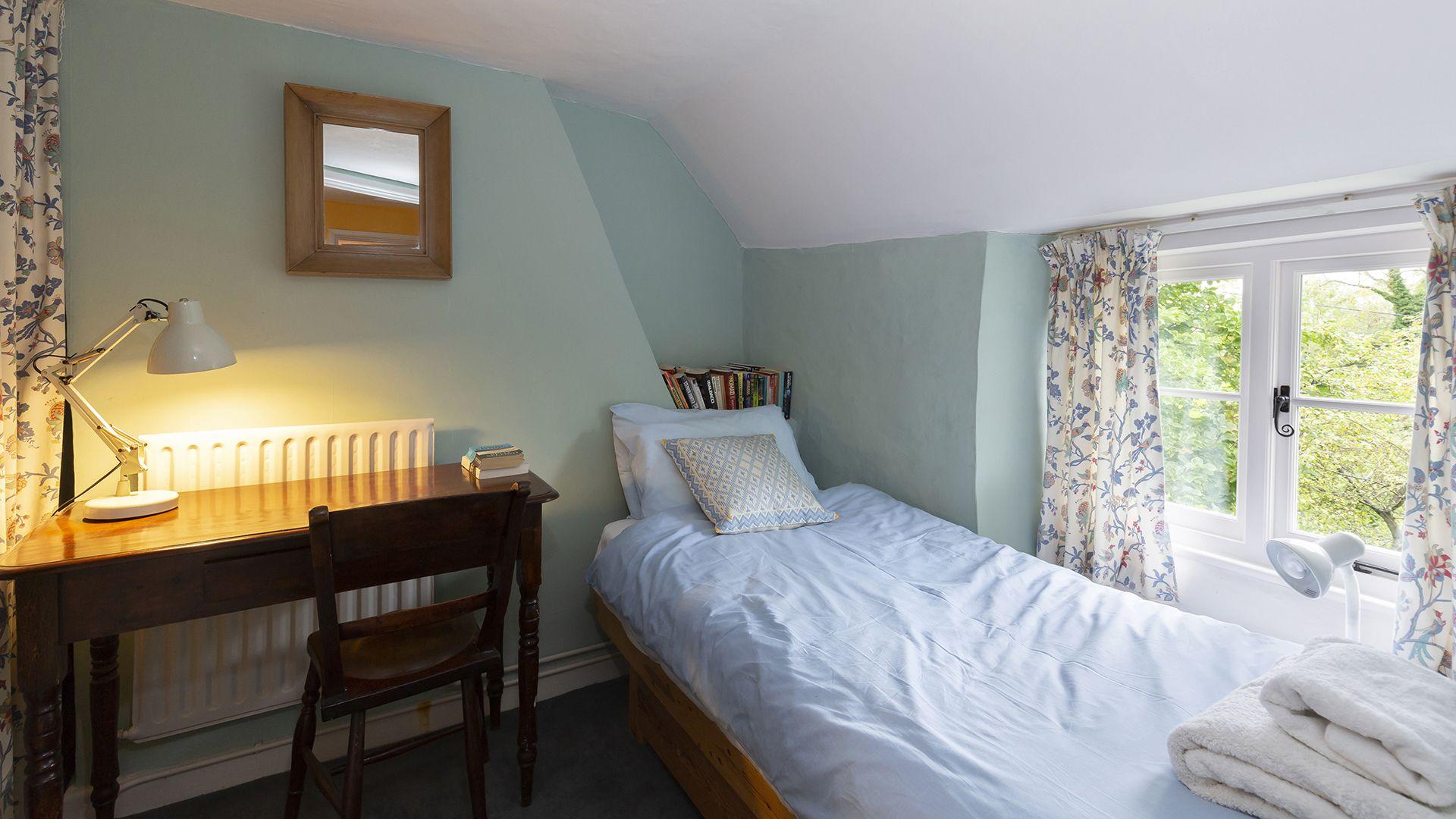 Bedroom 2, Hillside Cottage, Bolthole Retreats