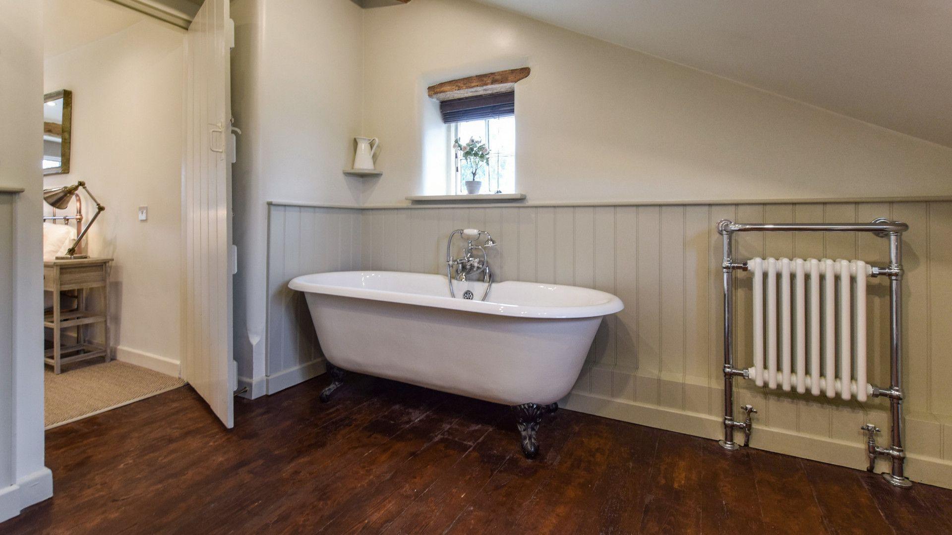 Bedroom 1, en-suite bathroom, Holly Cottage, Bolthole Retreats