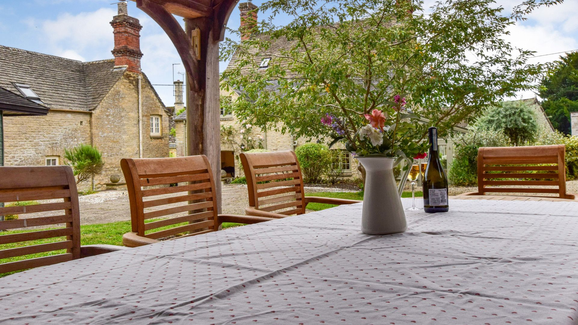 Outdoor dining, Holly Cottage, Bolthole Retreats