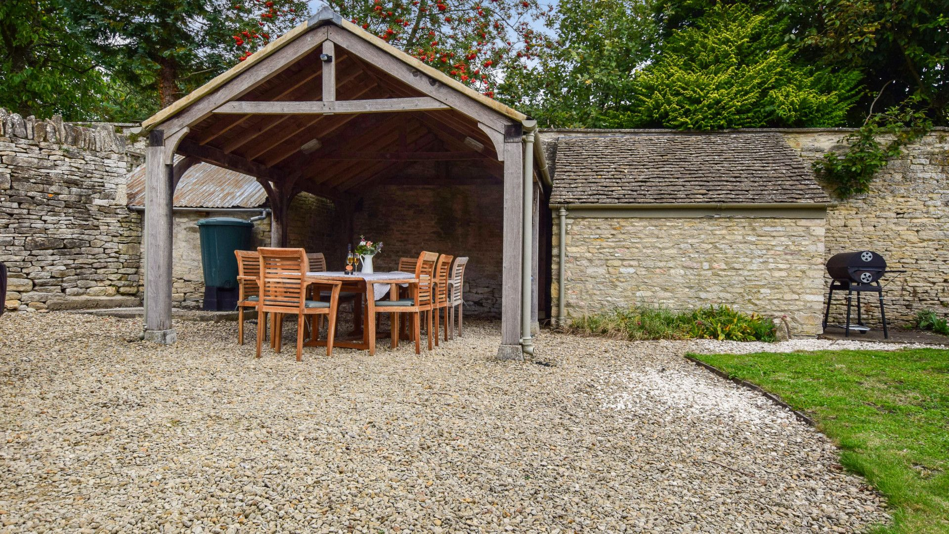 Covered outdoor dining area, Holly Cottage, Bolthole Retreats
