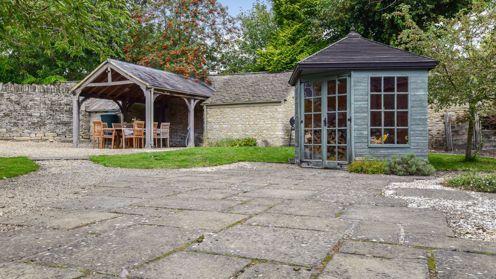 Courtyard garden, Holly Cottage, Bolthole Retreats